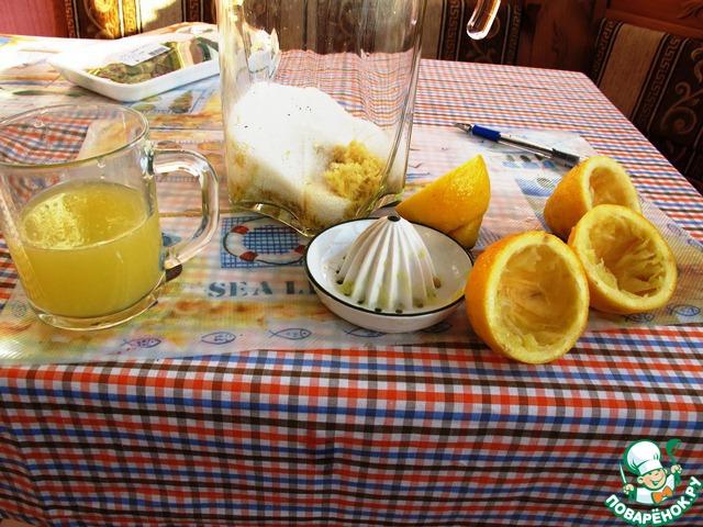 Выдавить сок из лимонов и крупно нарезать корки.