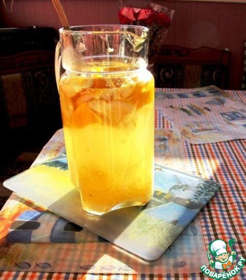 В остальной воде размешать до растворения сахар. Добавить натертый имбирь, нарезанные лимонные корки и лимонный сок. Добавить воду с дрожжами.