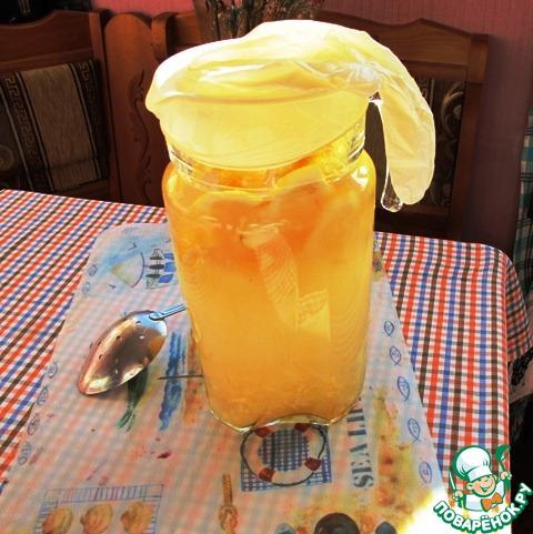 Жидкость не должна полностью заполнять емкость, в которой готовится лимонад. Закрываем сосуд с помощью латексной перчатки и ставим в теплое, солнечное место на сутки или чуть дольше.