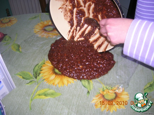 Расстилаем на столе пищевую плёнку, выкладываем всю массу на плёнку и формируем колбаску.