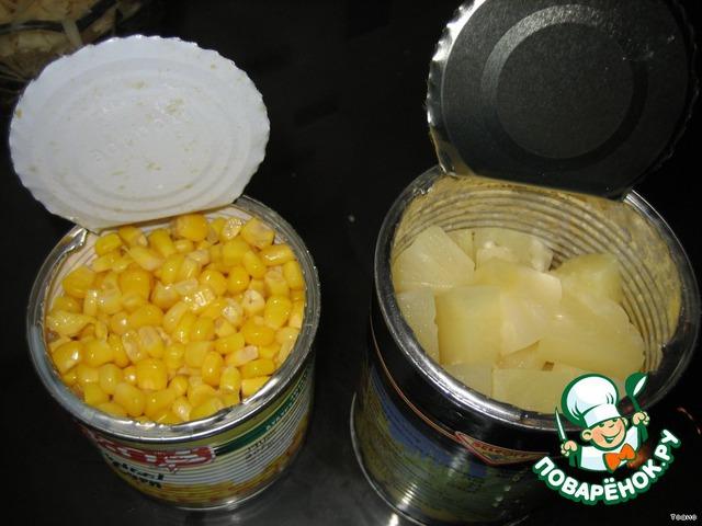С кукурузы и ананасов слить жидкость, кусочки ананасов порезать помельче.
