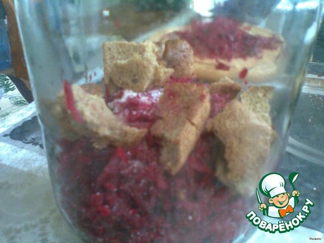 Поместить в стеклянную банку, залить кипяченой водой, добавить сахар и корочку ржаного хлеба.