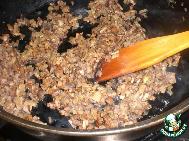 Грибы и лук потушим на сковородке с подсолнечным маслом до готовности.   Даём остыть.