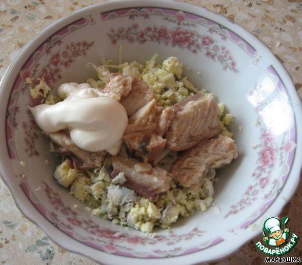 Трем сыр, кладем горбушу. Яичные желтки не выбрасываем - тоже кладем сюда.   Немного майонеза - все перемешиваем и начиняем яйца.