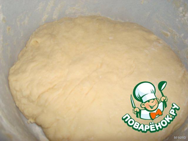 Разведенные дрожжи смешиваем с мукой, яйцом, маслом и оставшимся сахаром. И замешиваем тесто.    Оставляем на минут 30 - 40, чтобы подошло.