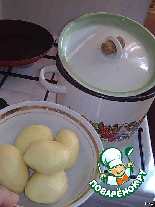 2 Когда мясо сварится, добавить очищенный картофель