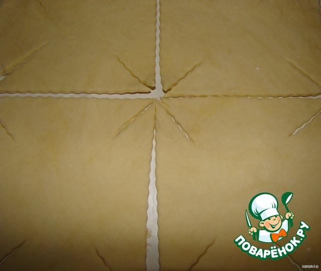 Раскатаем тесто примерно 3-5 мм толщиной... разрежем на квадраты... Размер выбирайте сами - маленькие или большие... как любите!!!..   У меня примерно 8x8 см...    Углы надрежьте по направлению к центру