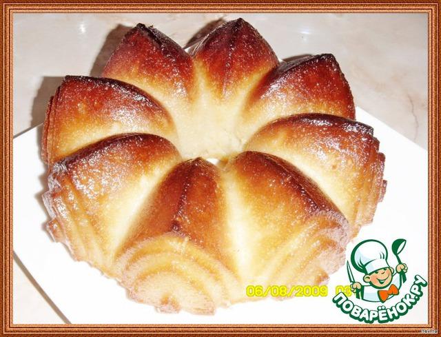 Дайте сиропу впитаться. Полностью остудите кекс.    [b]Для глазури[/b] смешайте сахарную пудру и лимонный сок. Покройте остывший кекс глазурью.