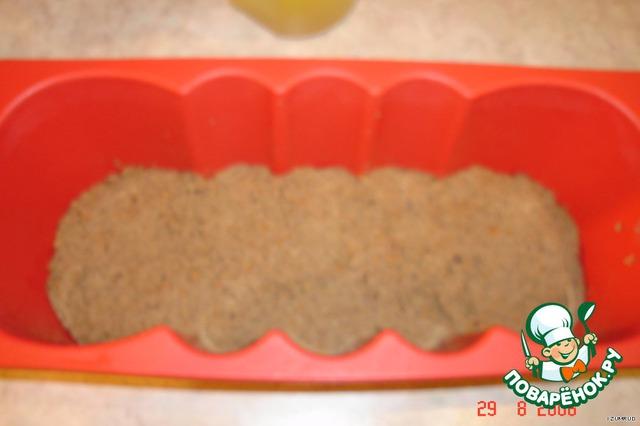 берём форму (прямоугольную, как под хлеб),   выкладываем половину состава из печени и разравниваем