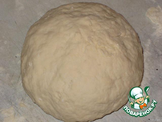 Из кефира, соли и муки замесить тесто, немного мягче чем на пельмени.    Накрыть пленкой и дать отдохнуть 30-40 минут.