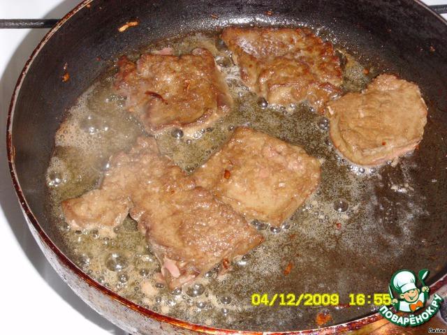 В сковородку, где жарили лук, чуть долить масла и обжарить печенку с 2-х сторон на среднем огне.