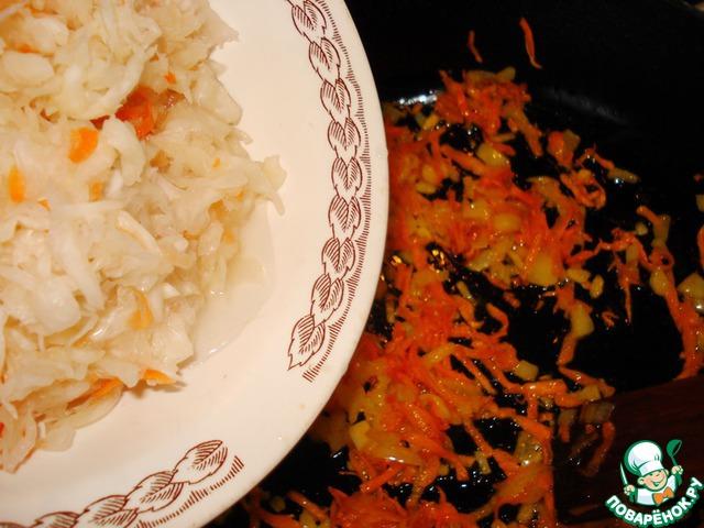 К поджаренной морковки и луку, добавляем капусту.