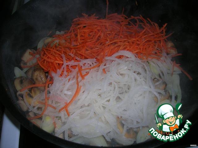 Добавляем морковь и редьку, пережариваем.