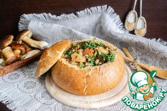Густой хлебный суп с фасолью и грибами