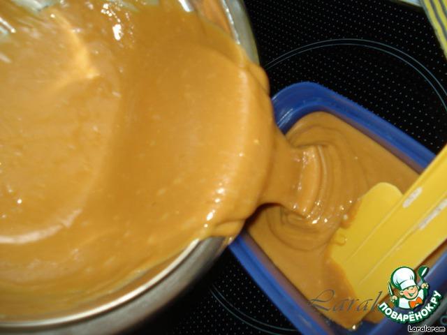 Приготовить красивую (достойную этого продукта форму для хранения) посуду, у меня абы какая - я ведь ещё не знала, как это будет вкусно! Выложить туда карамель.