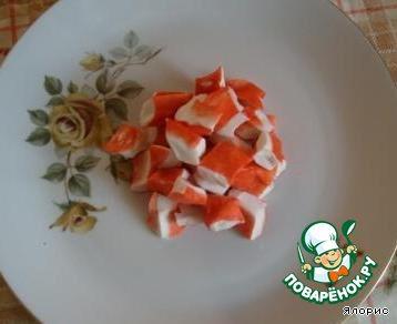 """На большом блюде начинаем """"формировать"""" наш салат, начиная от середины - в нее кладем крабовое мясо."""