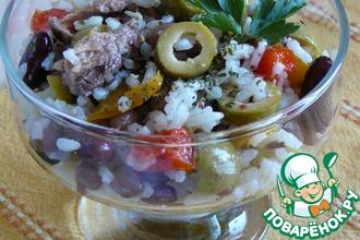 Салат с рисом, фасолью, тунцом и вяленым перцем