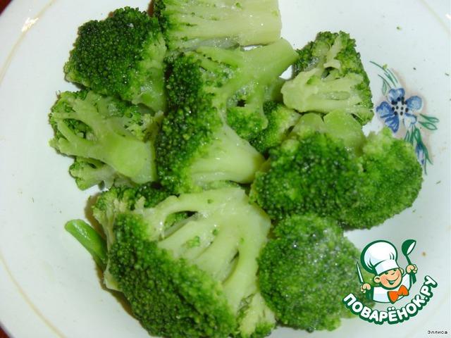 Режем небольшими кусочками цветную капусту и брокколи.