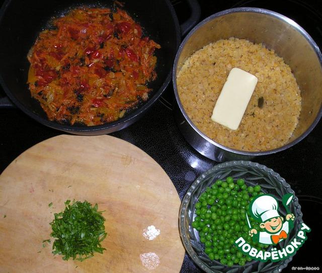 Ну вот, блюдо практический готово. Остаётся всё это перемешать, выложить в тарелку, украсить зеленью и зелёным горошком и подавать к столу.