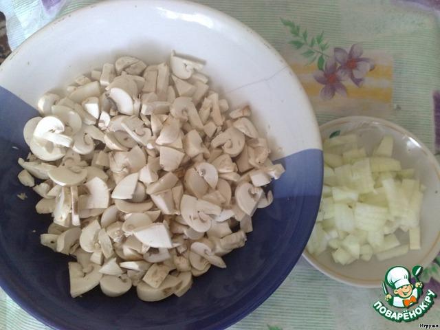 Куриное филе отвариваем и даем остыть.   Грибы и луковицу режем средними кубиками.