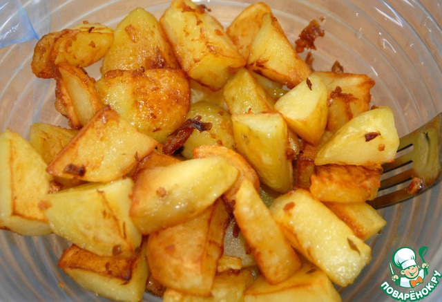 Когда картофель готов, перекладываем его в салатник.