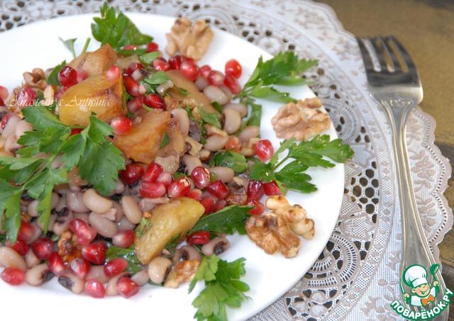 Выкладываем в тарелку и подаем, посыпав зернами граната. Украшаем листьями петрушки и грецкими орехами по желанию.