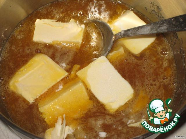 Тесто делаем с вечера.   Яйца, мед, сахар, соль, соду слегка перемешать ложкой, добавить маргарин и поставить на водяную баню, постоянно помешивая.