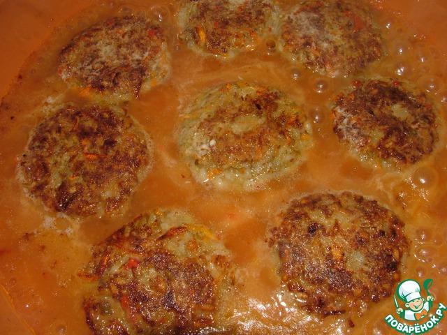 Подливка: стакан воды, три ложки томатного соуса, столовую ложку муки, по пол-чайной ложки сахара и соли хорошо размешиваем и выливаем прямо на жарящиеся тефтели. Подливка закипит и загустеет. Выключите огонь и оставьте под крышкой на 5 минут. Если не любите подливку, можно обойтись и без неё!