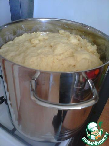 4. Оставшиеся желтки и сахар, а также 2 белка взбить с солью, ванилином, кардамоном, цедрой и коньяком. Вмешать в опару и добавить оставшуюся муку (650 гр). Понятно, тут уже нужна тара повместительнее, у меня 12-литровая кастрюлька (кроме как для куличного теста, ни разу ни для чего другого не использовала))) Далее порциями влить растопленное и остывшее масло, полностью вмешивая каждую порцию перед добавлением следующей. А теперь – месить! Насколько хватит сил, моральным и физических. Если есть миксер с длинными насадками-крючками, он очень пригодится. Надо заметить, что тесто не вредное: в каком-то году сил месить у меня не было, но куличи все равно получились несравненные. Оставить подходить.        Маленькое отступление: В оригинальном рецепте Похлебкина белки в тесто не используются совсем. Но экспериментальным путем установлено, что добавление небольшого количества белков идет куличам на пользу, вкус и нежная структура остаются прежними, но появляется возможность нарезать готовое изделие, не превратив его в одни крошки. Без белков кулич просто хоть ложкой ешь. Конец отступления.