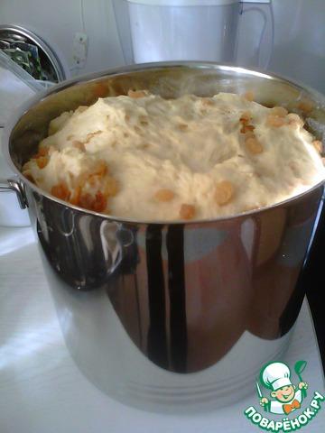 5. Тесто осадить и добавить вымытый, высушенный и посыпанный мукой изюм. После этого можно сделать еще одну расстойку, а можно и сразу раскладывать тесто по формам.