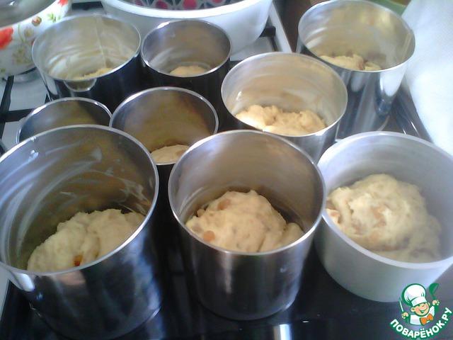 6. Формы для выпечки очень обильно смазать маслом. Наполнение форм зависит от густоты теста: если готовое тесто расползается – наполнять можно не более чем на треть, если получилось густое – можно и на половину. Итак, формы наполнить тестом, дать расстояться, прикрыв полотенцем. Выпекать около 45 мин при 190 градусах. Я ставлю выпекать все куличи одновременно: и маленькие, и побольше, просто достаю их по мере готовности. Но рекомендовать всем поступать так же не могу: нужна хорошая духовка и уверенность, что все получится.