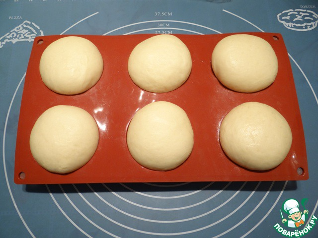Накрываем пирожки пленкой и даем им увеличиться в объеме в 1,5-2 раза.