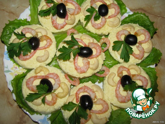 А теперь занимаемся украшательством. Украшаем креветками, маслинами, орешками и зеленью. Можно как у меня, а можете украсить на свой вкус, но этими же продуктами (потому что с ними ВКУСНОООО!!!). ПРИЯТНОГО ВАМ АППЕТИТА!!!