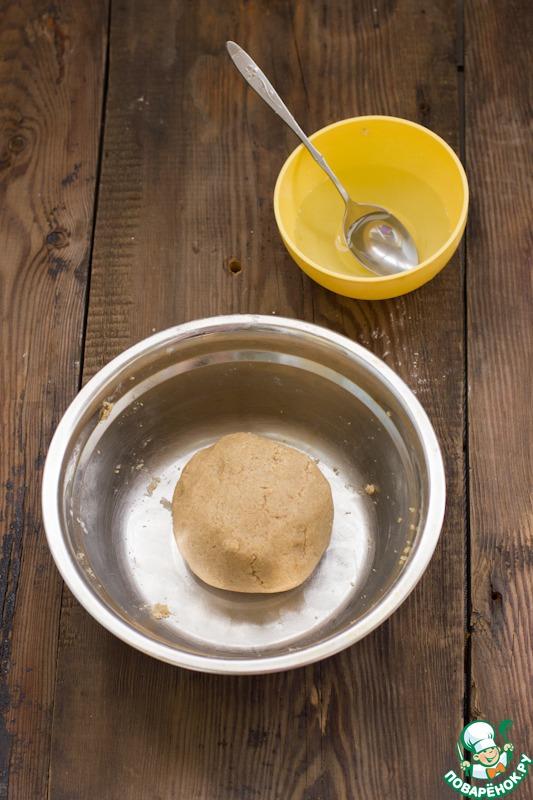 Постепенно добавляйте пшеничную муку, тесто соберется в шар, будет немного крошится, при необходимости добавьте еще пару ложек воды.