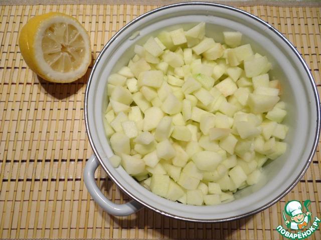 Нарезаем кубиками, перекладываем в кастрюлю, добавляем лимонный сок