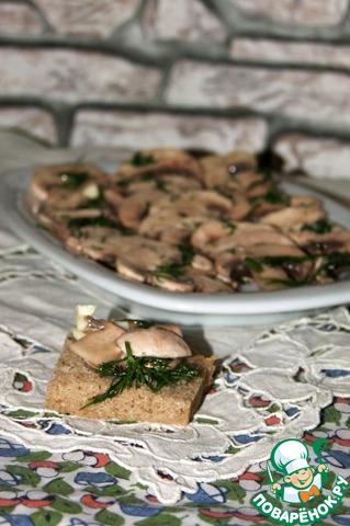 А можно подать на небольшом кусочке черного хлеба...    Грибочки получаются упругие и очень ароматные.