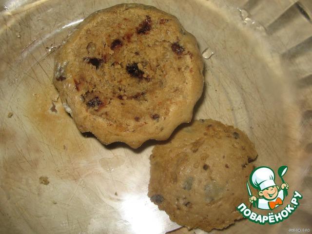Теперь у готовых кексиков срезаем верхушки, вырезаем немного мякоти.