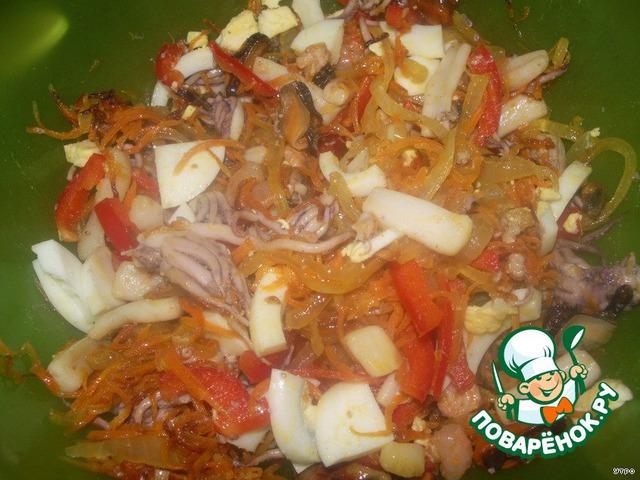 Морковь режем соломкой, лук - полукольцами, обжариваем на растительном масле. Морской коктейль кидаем в кипящую воду на 5 минуток. Вытаскиваем, добавляем к обжаренным овощам, режем перчик и яйцо соломкой. Перемешиваем, добавляем майонез.