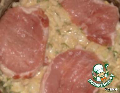 """Мясо нарезать на отбивные и отбить их ( я кладу куски в пакет - нет брызг). Приготовим """"шубку"""" для наших отбивных: на крупной терке натираем сырой картофель, мелко режем лук, зелень, натертый или измельченный в чесночнице чесночок, все перемешиваем, солим, перчим, добавляем яйца, майонез или сметану (2 ст. л.) и муку. Все вымешиваем."""