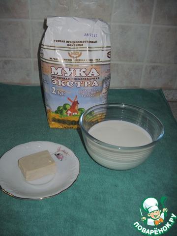 В это время приготовим опару. Дрожжи разведем в чуть теплом молоке, добавим муку, растительное масло, сахар, соль и поставим опару в теплое место где то на 1 час.