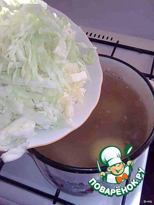 3 Минут через 5 добавить нашинкованную капусту. Крышку прикрыть не полностью.