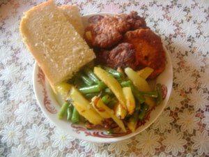 Для гарнира: отдельно пожарить картошку с луком и фасоль, затем перемешать. Подавать с котлетками.   Приятного аппетита!!!
