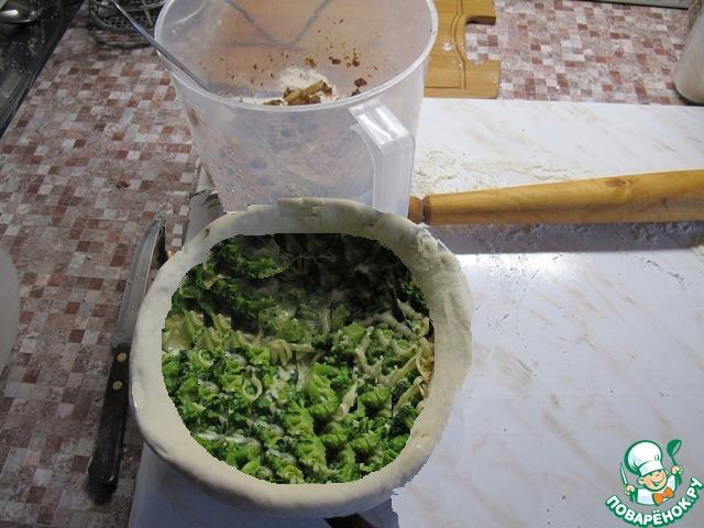 """Из теста вырезать кружок и уложить на дно формы. Затем раскатать на бумаге для выпекания полоски для стенок и с помощью бумаги аккуратно перенести и установить в форму.    Затем начинаем заполнять начинкой. Слой жареной печени, слой брокколи, слой печени с сыром. Верх закрываем еще одним кружком теста и очень аккуратно защипываем края. В """"крышечке"""" делаем небольшое отверстие, чтобы выходил пар."""