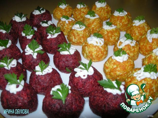 Выложите шарики на плоское блюдо, сверху капните майонезом и украсьте зеленью.    Приятного аппетита!