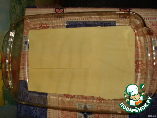 Сыр натереть на средней терке. В форму для запекания выложить листы лазаньи.