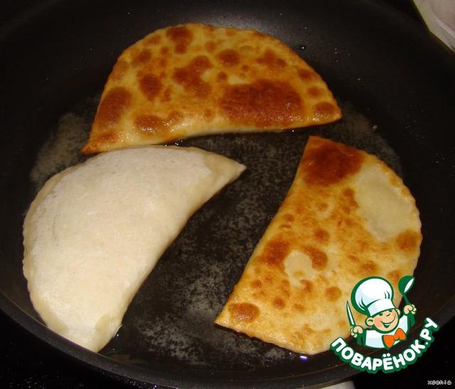 И обжариваем на сковороде с разогретым маслом до золотистой корочки.
