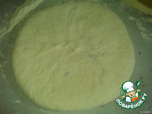 Нужно перевернуть пирог и осторожно руками разравнивать начинку, начиная с краёв, не очень сильно растягивая, поскольку ещё на сковороде нужно его растягивать.