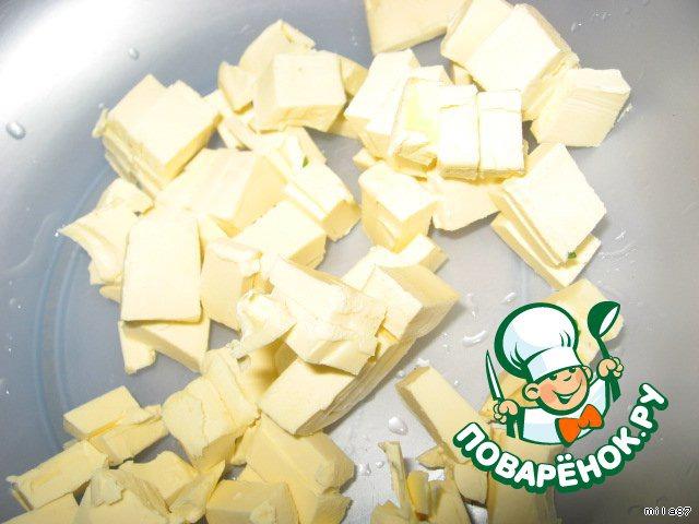 Приготовим тесто:   Масло режем на кусочки, даем немного нагреться после холодильника.