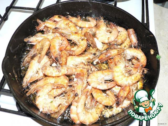 На сковородку наливаем масло (оливковое или растительное без запаха). А потом на горяченную сковородку высыпаем креветки! Посыпаем солью, перцем, добавляем мелко нарезанный лимон вместе с цедрой(или сок лимона), немного чеснока. Жарим на сильном огне постоянно помешивая.