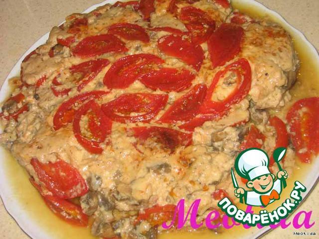 Готовое блюдо переворачиваем на большую тарелку (будет много сока, так что надо это делать над раковиной).